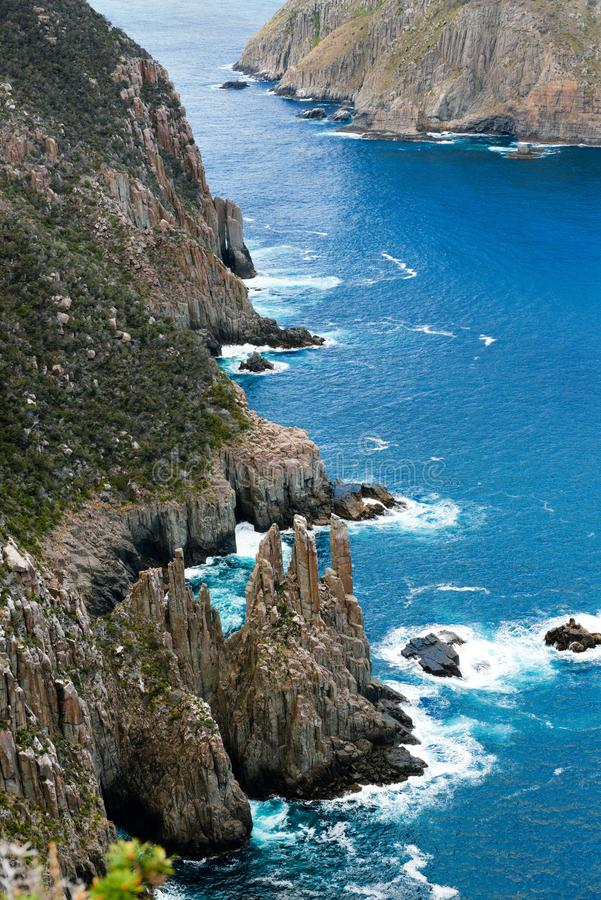 Klippor för uddepelarDolerite, Tasmanien, Australien royaltyfri fotografi