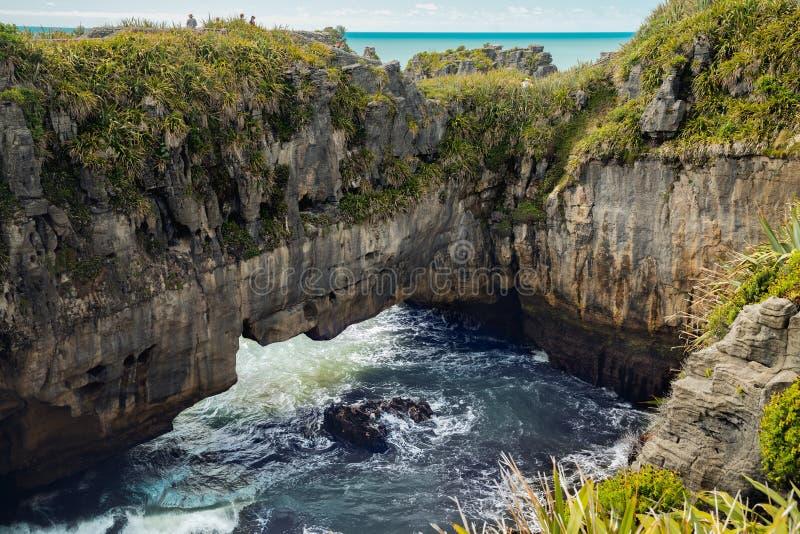 Klippor i havet, blåshål, kalkstenbildande, härligt nyazeeländskt landskap royaltyfria bilder