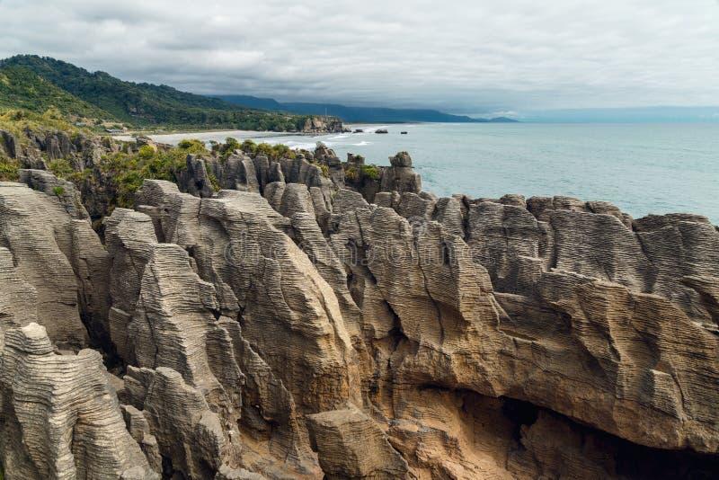Klippor i havet och den molniga himlen, kalkstenbildande, härligt nyazeeländskt landskap royaltyfria foton