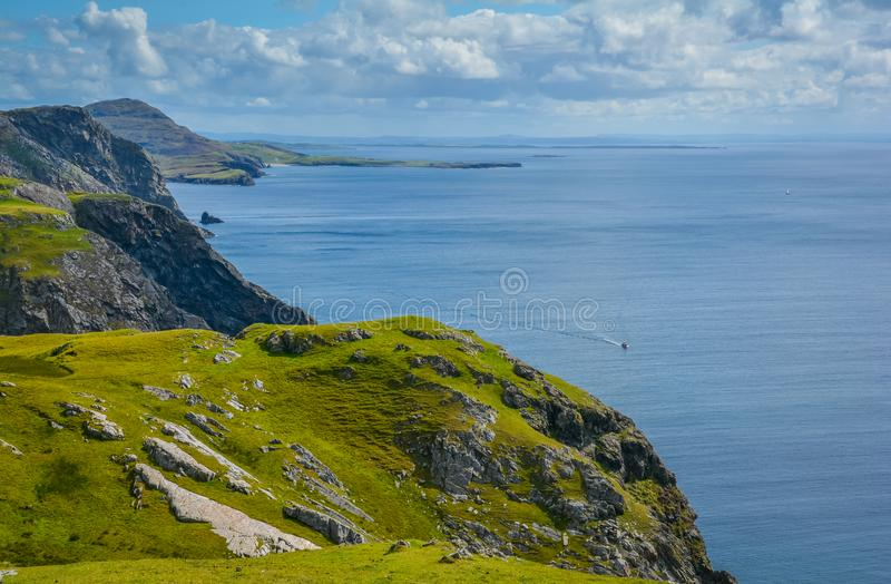 Klippor nära den Slieve ligan, ståndsmässiga Donegal, Irland arkivfoto