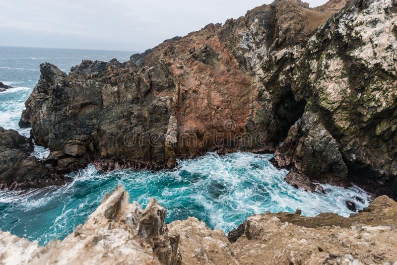Klippor nära havet i den peruanska kusten på puertoincaen Peru royaltyfri bild