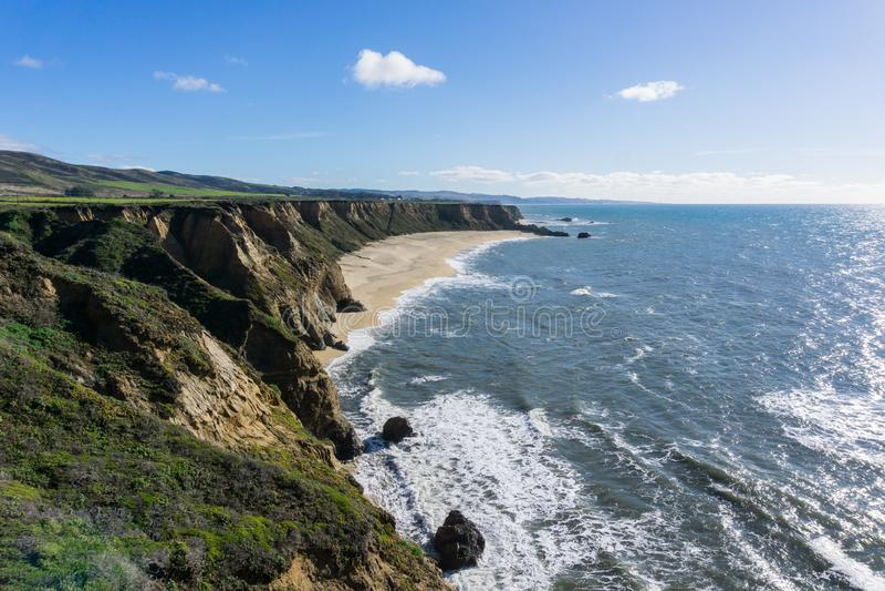 Klippor och den stora halvmånen formade stranden, Stilla havetkusten, Half Moon Bayen, Kalifornien royaltyfria foton