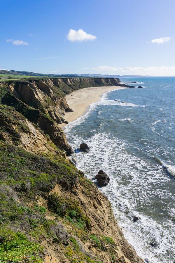 Klippor och den stora halvmånen formade stranden, Stilla havetkusten, Half Moon Bayen, Kalifornien royaltyfri foto
