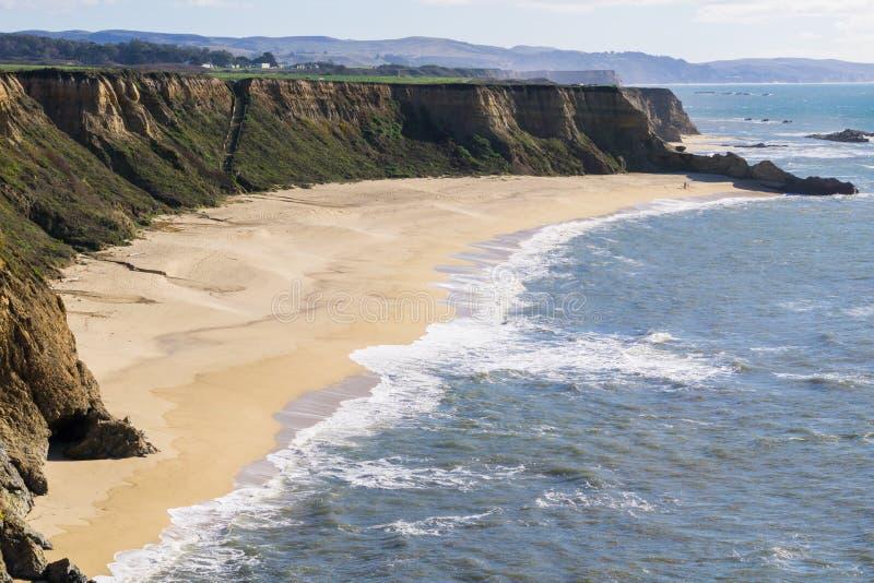 Klippor och den stora halvmånen formade stranden, Stilla havetkusten, Half Moon Bayen, Kalifornien royaltyfria bilder