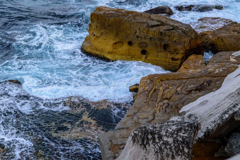 Klippor och grovt hav royaltyfri fotografi