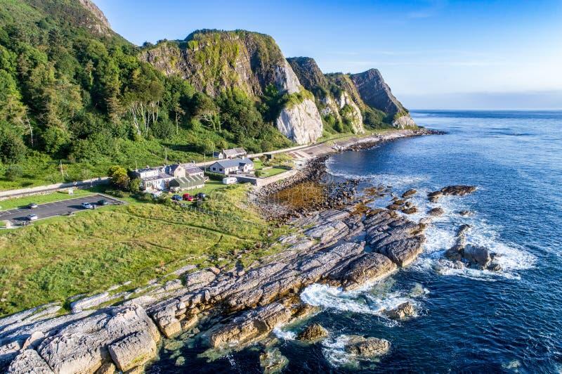 Klippor och kust- rutt för vägbank som är nordlig - Irland, UK arkivfoton