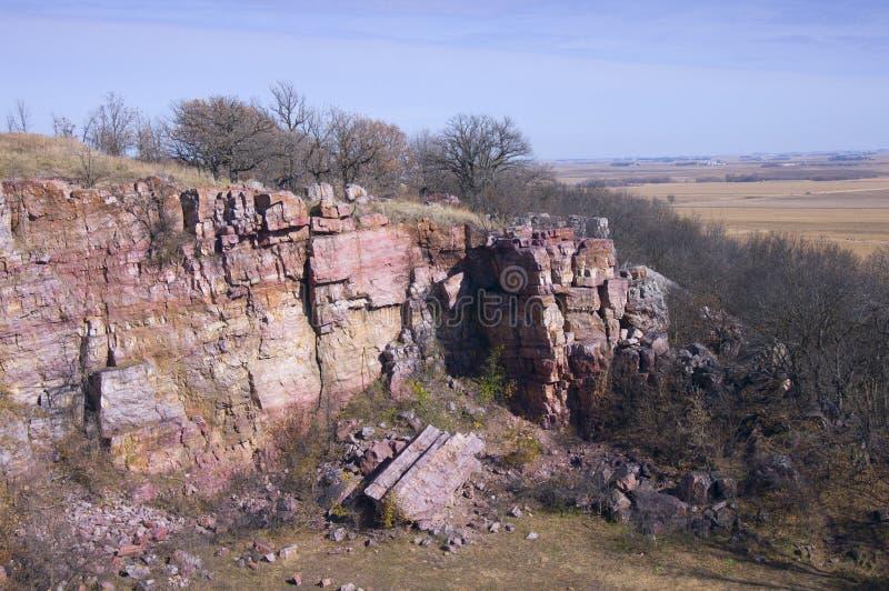 Klippor och prärie på den blåa mounden royaltyfri fotografi
