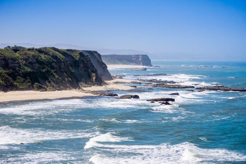 Klippor och sandig strand på Stilla havetkustlinjen royaltyfria foton