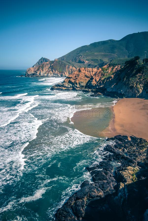 Klippor och Stillahavskusten för glidbana för jäkel` s rena i San Mateo County royaltyfria bilder