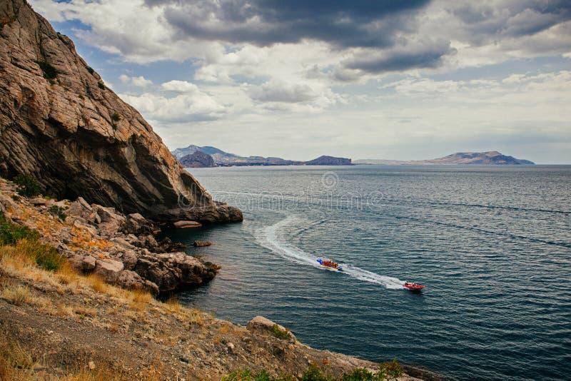 Klippor och strand vid dag fotografering för bildbyråer