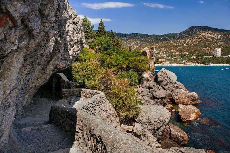 Klippor och strand vid dag royaltyfri bild