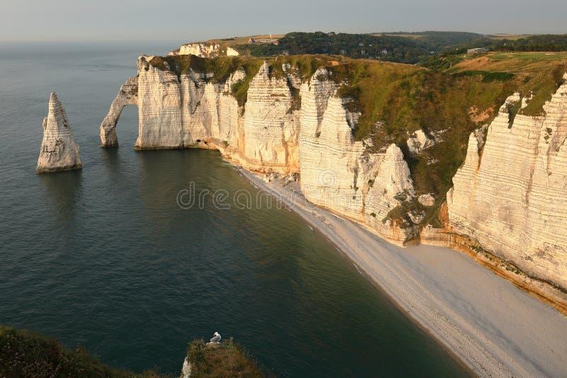 Klippor på Etretat i Normandie royaltyfri bild