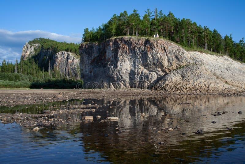 Klippor på flodbanken Lena River arkivbilder