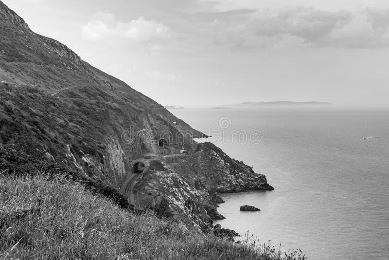 Klippor på kust av Irland Nära skria i Co Wicklow Svartvit bild royaltyfri bild