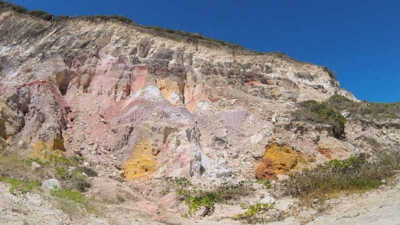 Klippor på stranden av Jacumã royaltyfria foton