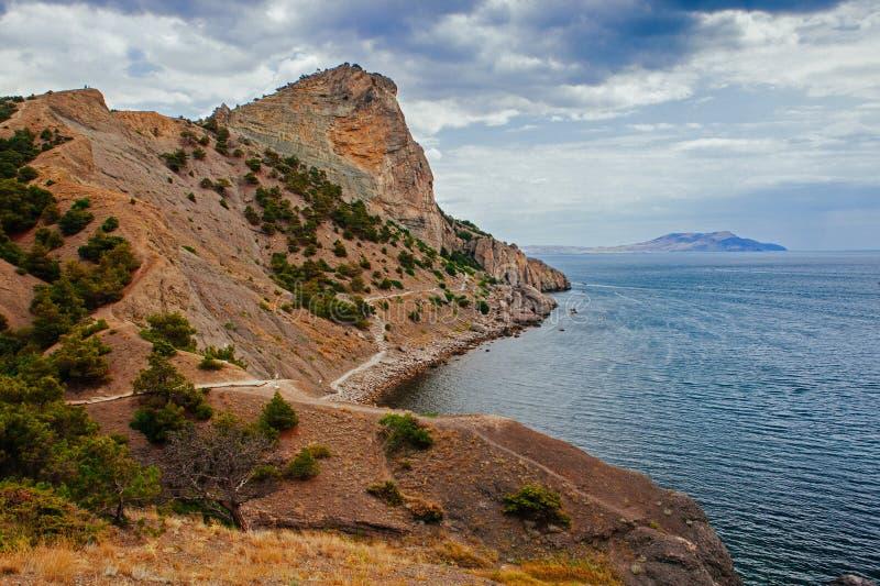 klipporna och stranden vid dag fotografering för bildbyråer