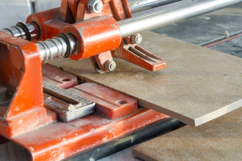 klippprocess för keramisk tegelplatta arkivbilder