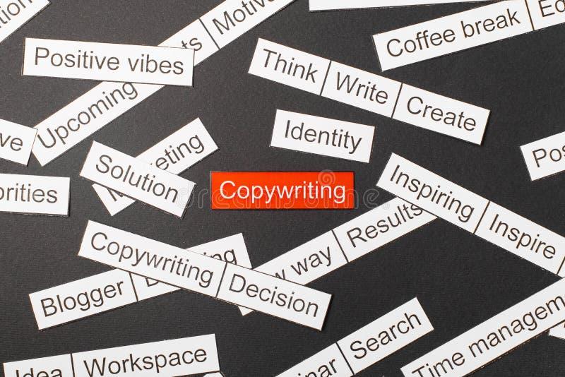 Klippt pappersinskrift som copywriting p? en r?d bakgrund som omges av andra inskrifter p? en m?rk bakgrund Ordmolnbegrepp royaltyfri fotografi