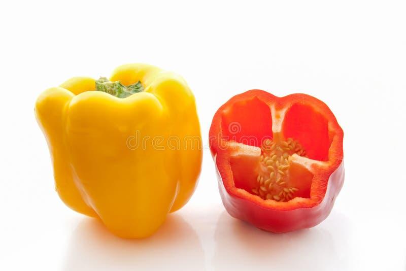Klippte den gula och röda halvan för helheten nya spanska peppar royaltyfria bilder