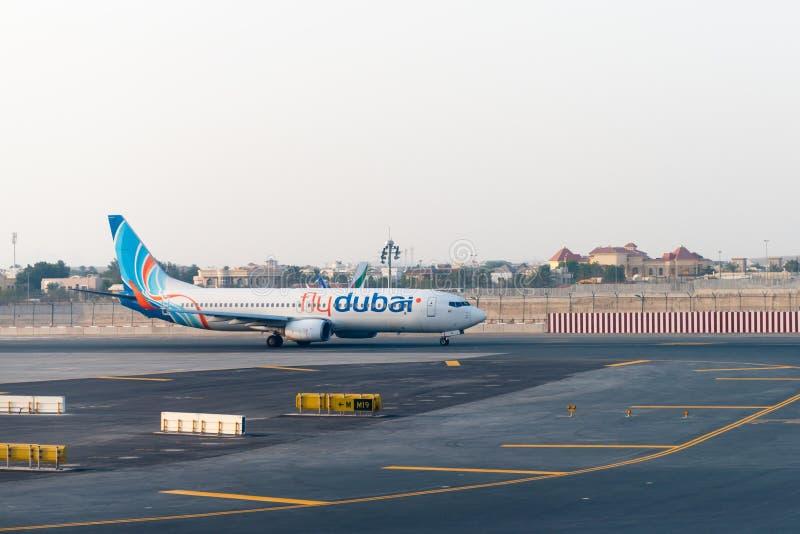 Klipsk Dubai passagerarestråle som åker taxi till terminalen, når att ha landat på royaltyfria bilder