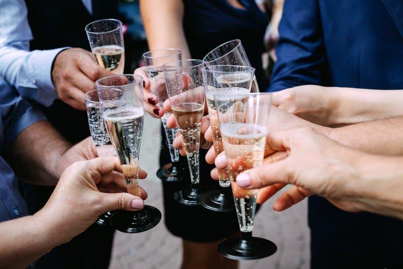 Klirra exponeringsglas av champagne royaltyfri bild