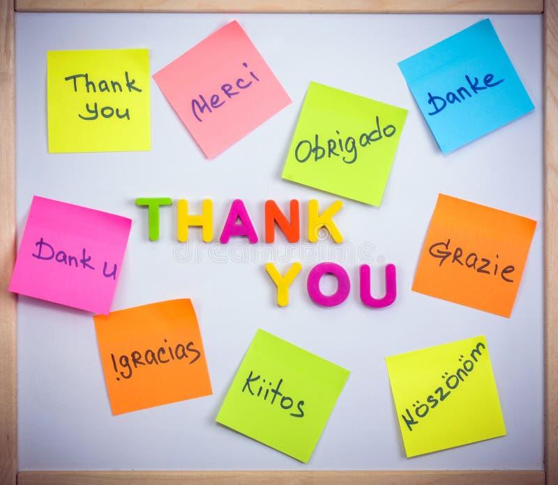 Klistermärkear med ordet tackar dig bokstäver och plast- fotografering för bildbyråer