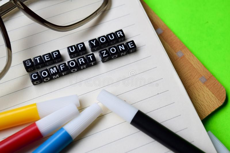 Kliva upp ditt meddelande för komfortzonen på utbildnings- och motivationbegrepp arkivfoton