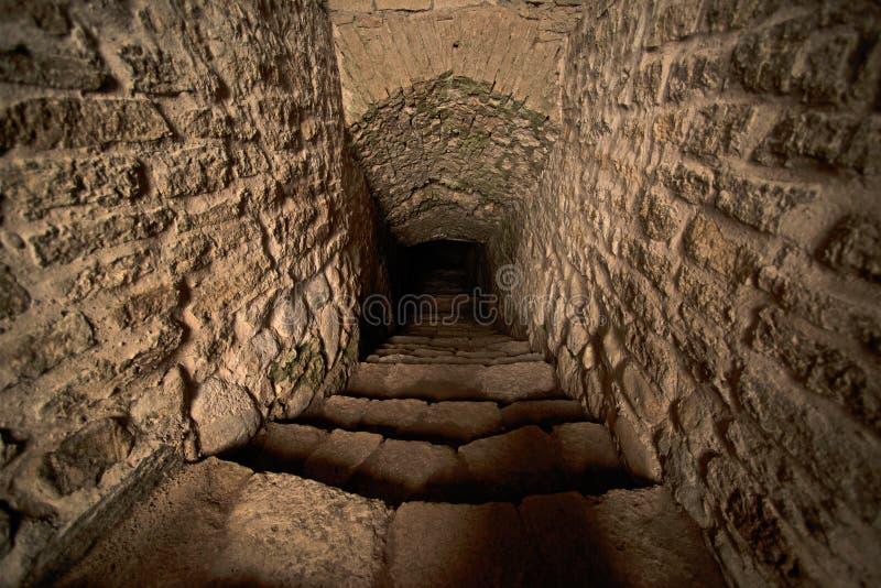 Kliven nedstigning in i fängelsehålan av den medeltida slotten arkivbilder