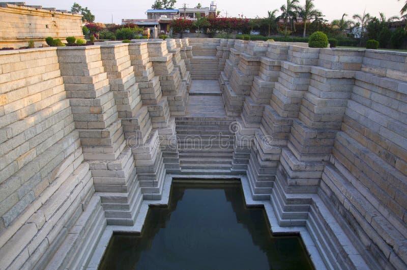 Klivit väl på den Mahadeva templet, byggdes circa 1112 CE av Mahadeva, Itagi, Karnataka arkivbild