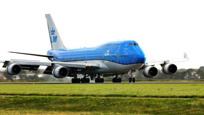 KLM乘出租车在史基普机场,AMS的波音747 库存图片