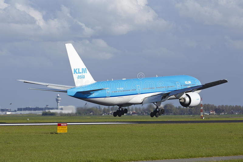 KLM土地阿姆斯特丹史基浦机场-波音777  免版税库存图片