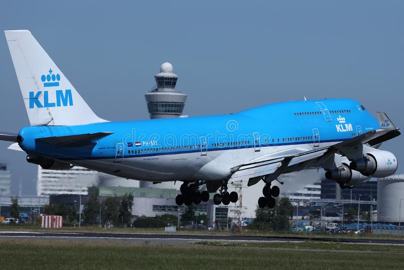 KLM在跑道,阿姆斯特丹机场,斯希普霍尔AMS的飞机B747着陆 图库摄影