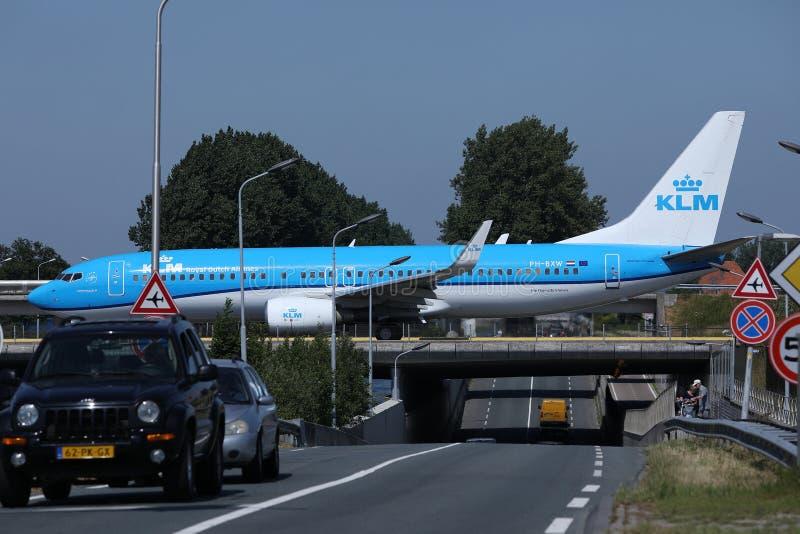 KLM平面乘出租车在史基普机场,AMS阿姆斯特丹,特写镜头视图 库存照片