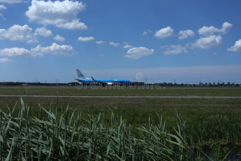 KLM平面乘出租车在阿姆斯特丹机场,AMS,草 图库摄影