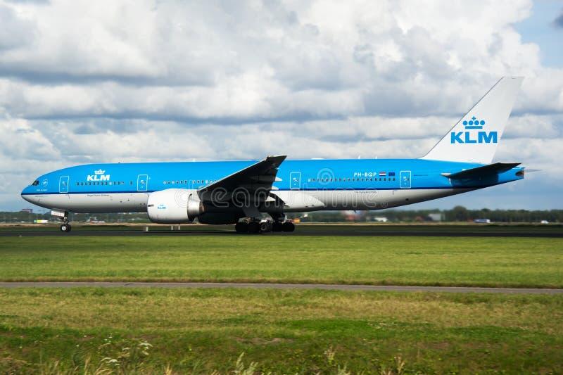 KLM波音777-200 PH-BQP客机离开在阿姆斯特丹Schipol机场 库存图片