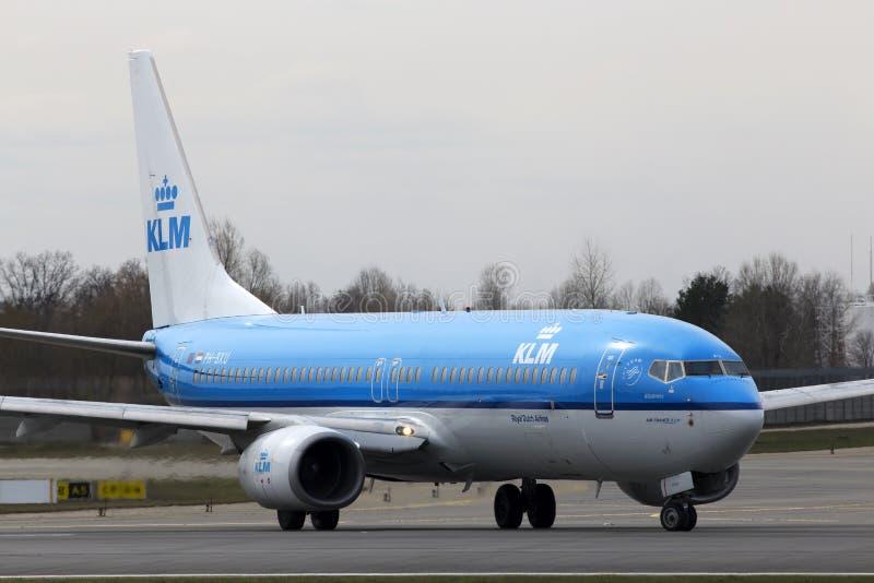 KLM η βασιλική Dutch Airlines Boeing 737-800 αεροσκάφη που τρέχουν στο διάδρομο στοκ φωτογραφία με δικαίωμα ελεύθερης χρήσης