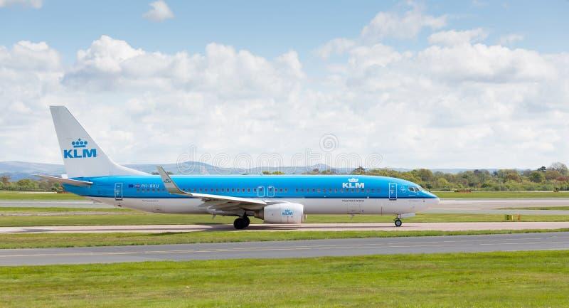 KLM η βασιλική Dutch Airlines Boeing 737-800 που προετοιμάζεται να απογειωθεί από τον αερολιμένα του Μάντσεστερ στοκ εικόνα με δικαίωμα ελεύθερης χρήσης