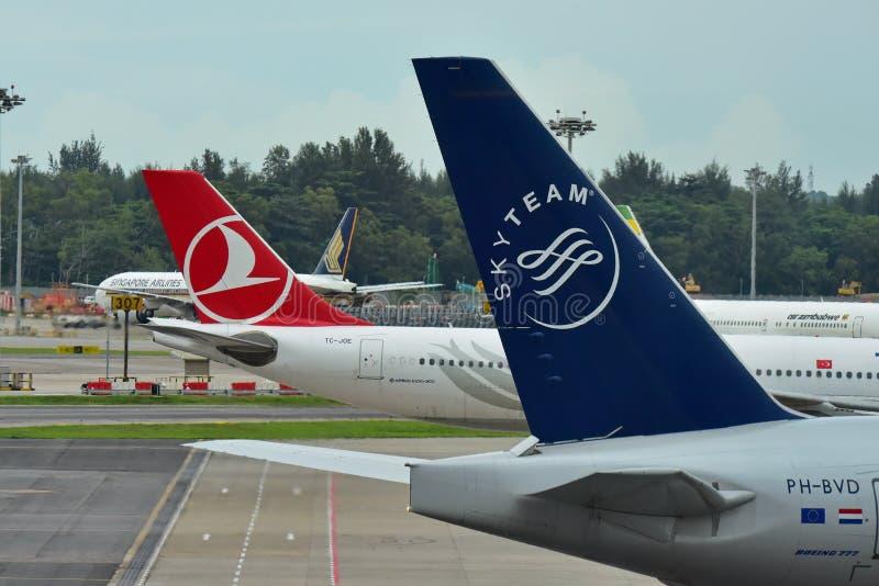 KLM Boeing 777-300ER en Turkish Airlines-Luchtbus A330 bij Changi Luchthaven wordt geparkeerd die royalty-vrije stock foto's