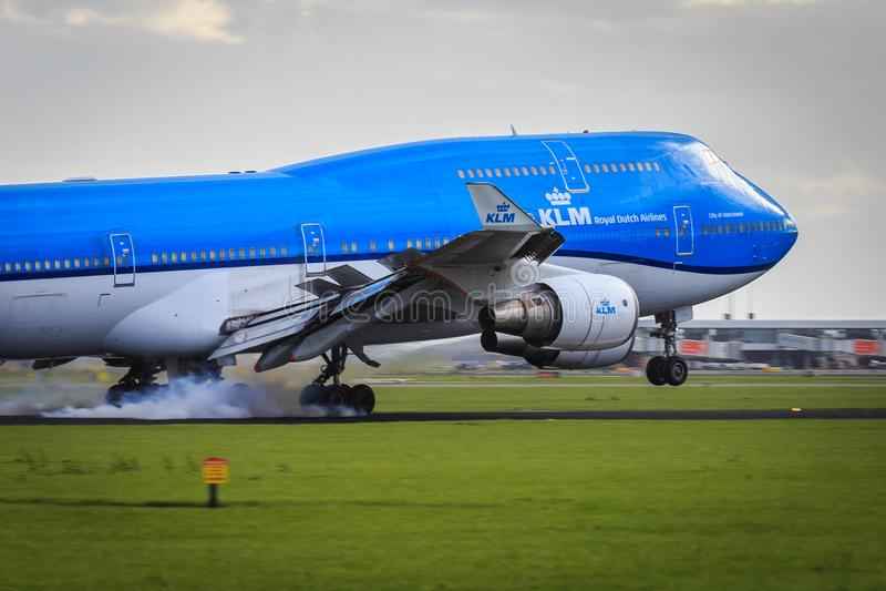 KLM Boeing 747-400 landningsögonblick royaltyfri fotografi