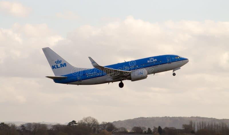KLM Boeing 737 nivå som tar av royaltyfri bild