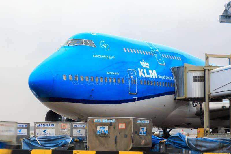KLM Boeing 747 på porten royaltyfri fotografi