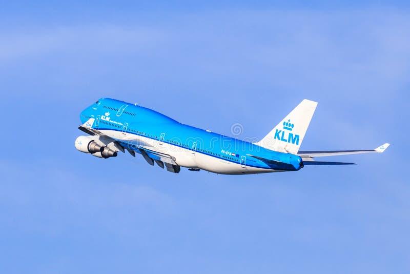 KLM Boeing 747 som ut klättrar arkivfoton