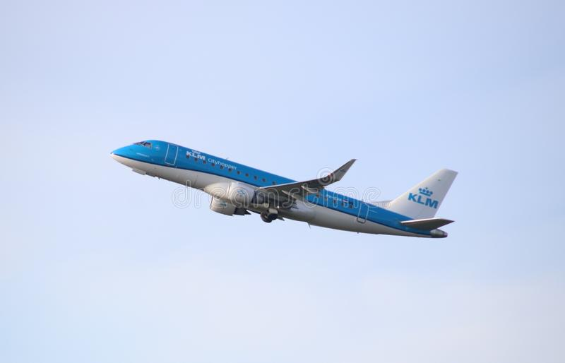 KLM Cityhopper Embraer ERJ-175STD PH-EXK уходит от Kaagbaan 06-24 Schiphol Амстердама Нидерланд стоковые фото