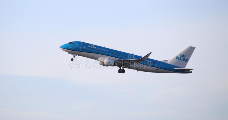 KLM Cityhopper Embraer ERJ-175STD PH-EXS уходит от Kaagbaan 06-24 Schiphol Амстердама Нидерланд стоковое фото