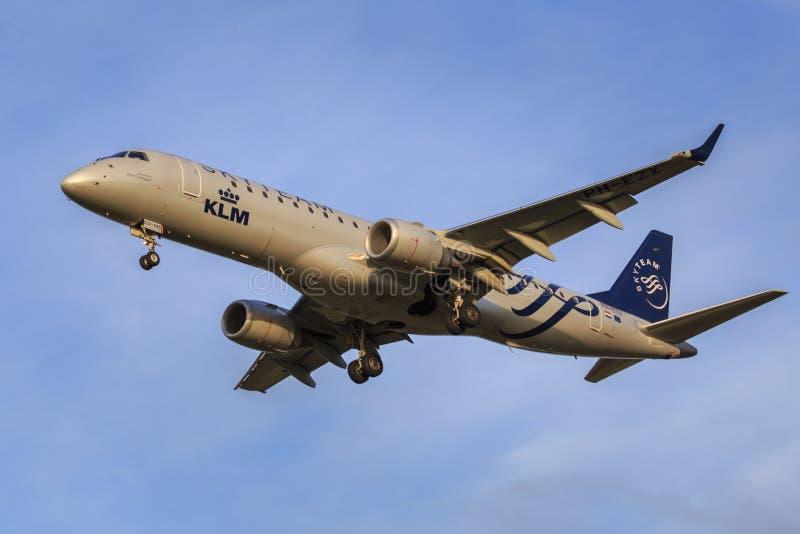 KLM Embraer 190 royaltyfria foton