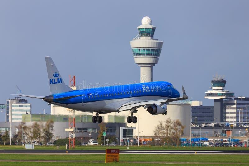 KLM Embraer 190 som landar på den Amsterdam Schiphol flygplatsen arkivfoto