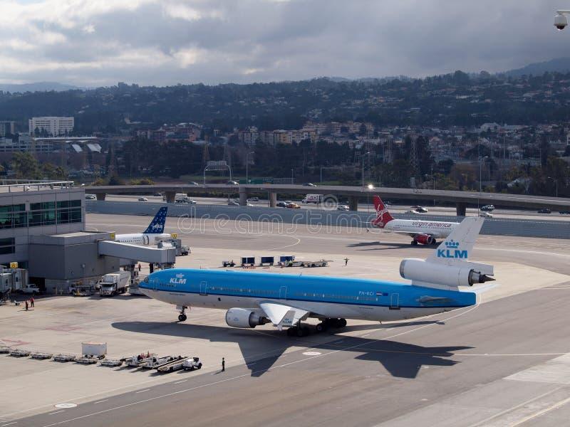 KLM, Jetblue i Virgin America linii lotniczych samolotu odpoczynek przy bramą przy SFO, obrazy stock