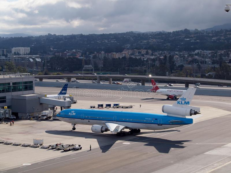 KLM, Jetblue, y resto plano de las líneas aéreas de Virgin America en la puerta en la SFO imagenes de archivo
