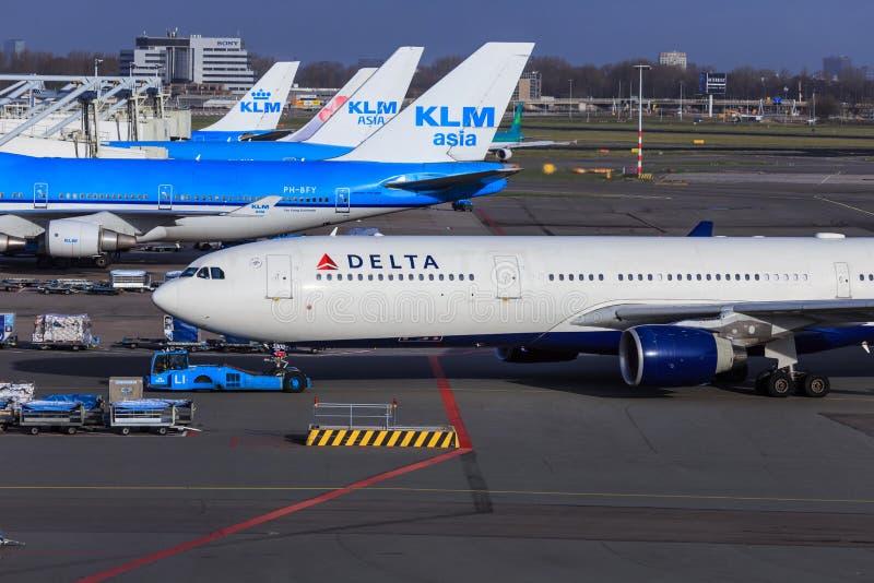 KLM och Delta Airlines royaltyfri fotografi