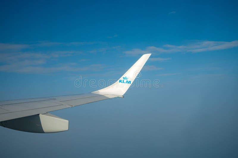 KLM równiny skrzydło nad niebieskim niebem, Amsterdam holandie, Październik 14, 2017 zdjęcia royalty free